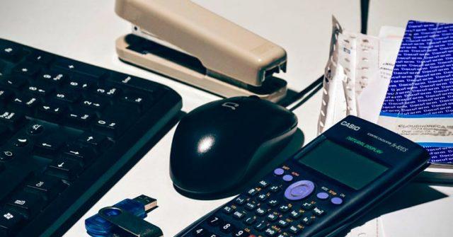 Calculadora, grapadora y ratón